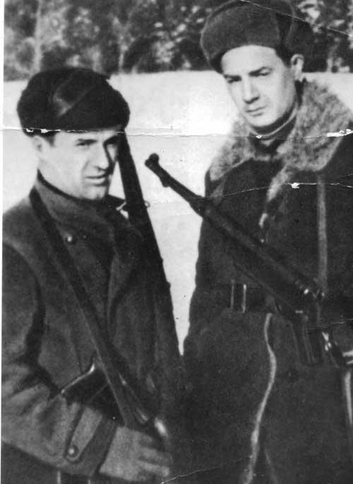 Командир Ленинского партизанского отряда И.М. Круглов (слева) и комиссар И.С. Борисов. 1942 г.